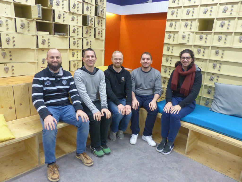 Les cinq membres de l'équipe Mintendo