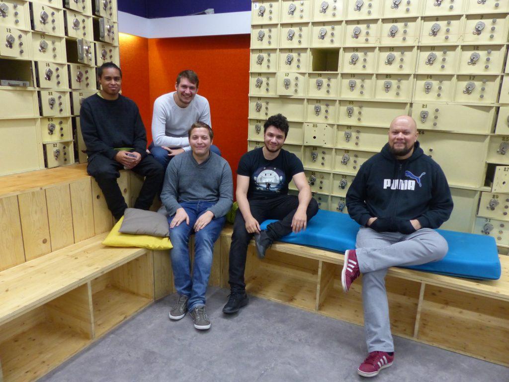 Les cinq membres de l'équipe des Semi-Croustillants